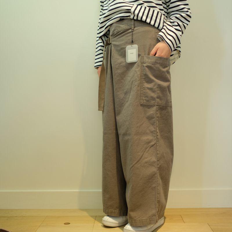 tumugu バックサテンのベルト付パンツ